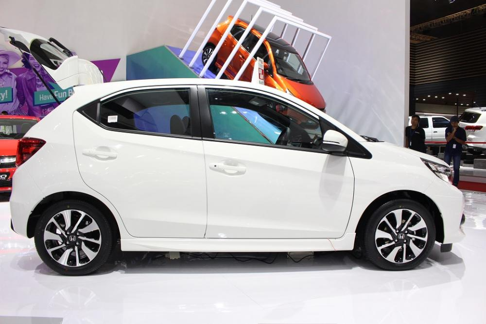 bagian samping Honda Brio yang terlihat jelas perbedaannya dari pilar C yang didesain berbeda